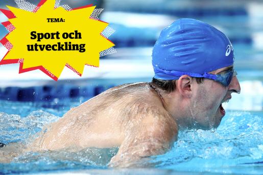 En man med badmössa och simglasögon simmar i en pool