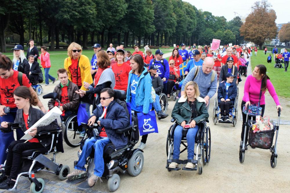 Ett demonstrationståg där fler personer sitter i rullstol