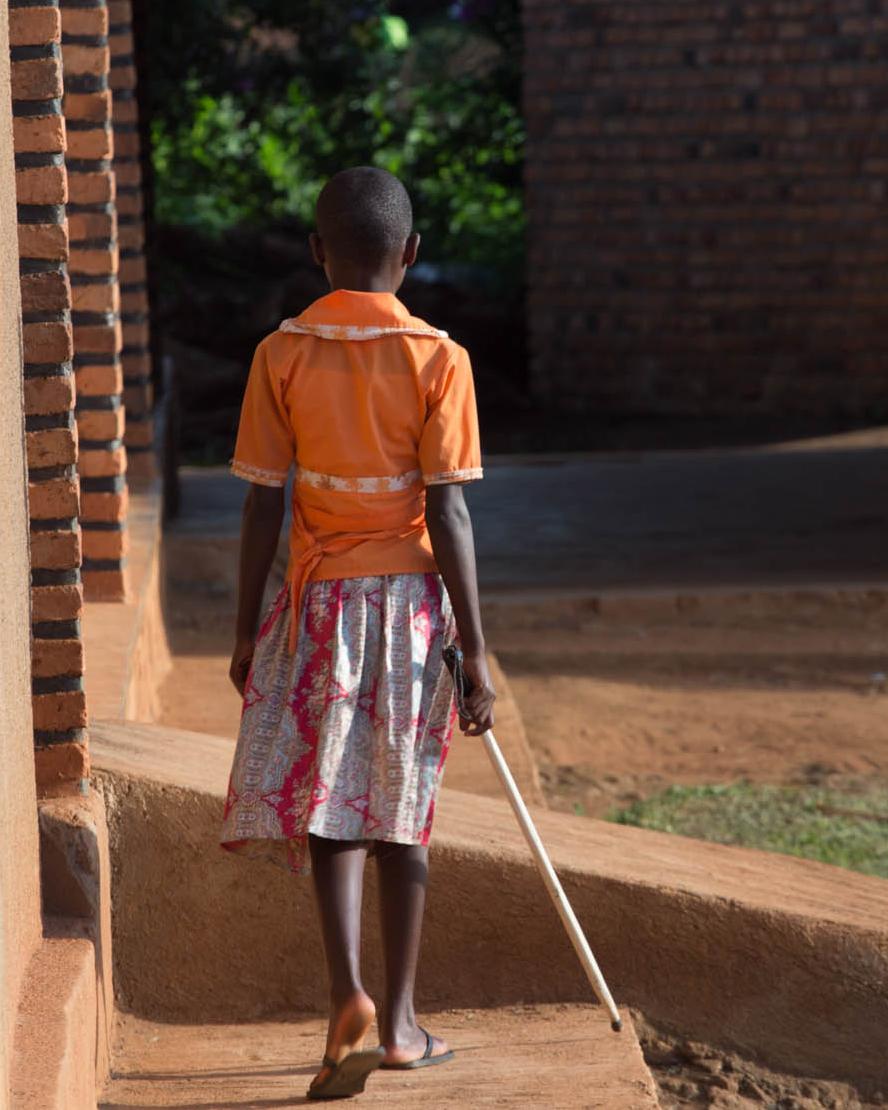 En flicka går med vit käpp
