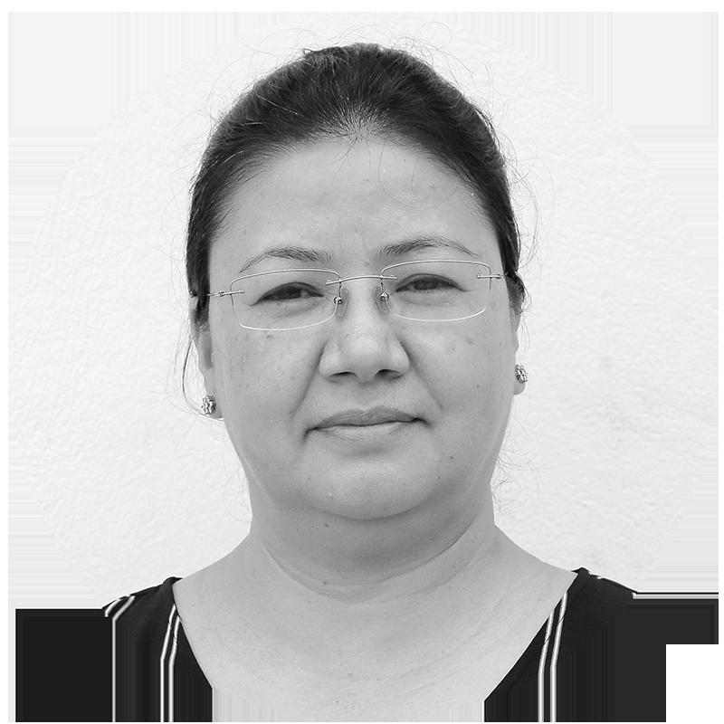 Porträtt av Sujana som har mörkt hår och glasögon