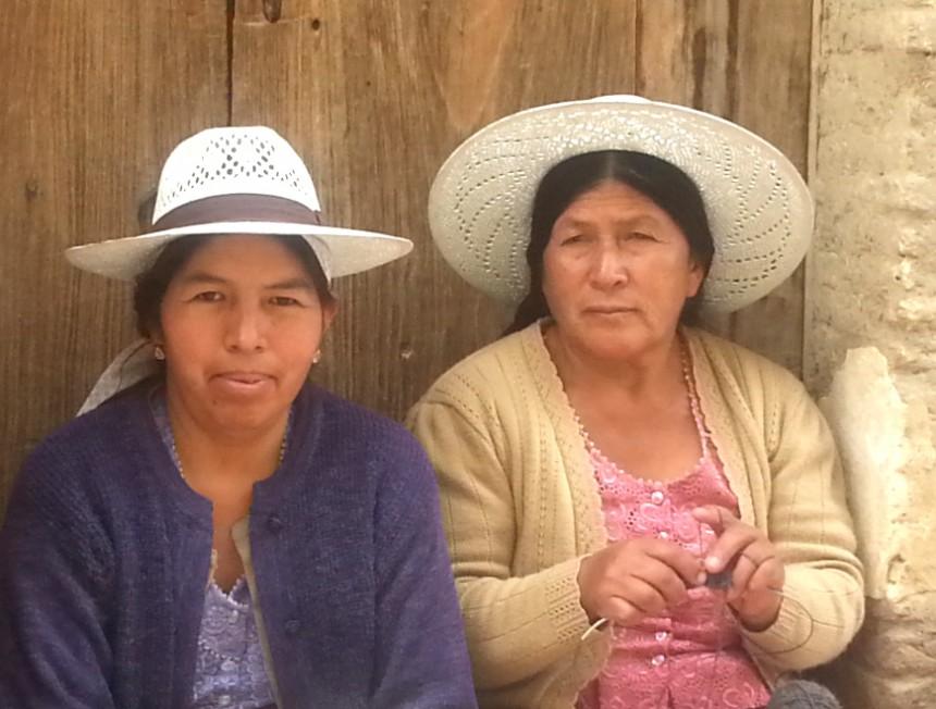 Två kvinnor med hattar.