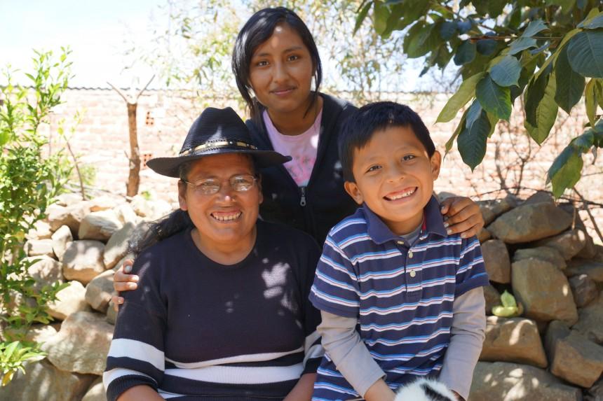 En pojke med sin mamma och syster. de ler.