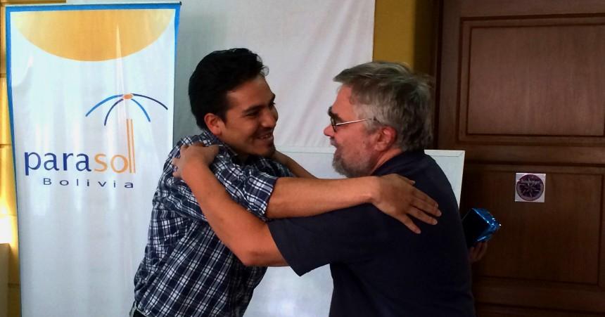 Bosse Blideman från RSMH Roslagen kramar om ordförande för Parasol-Bolivia och federationen.