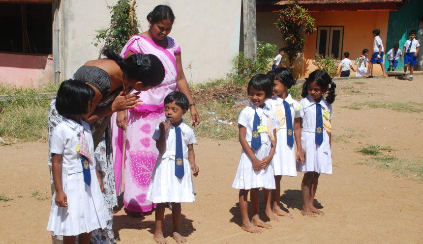 Flera skolbarn i Sri Lanka.