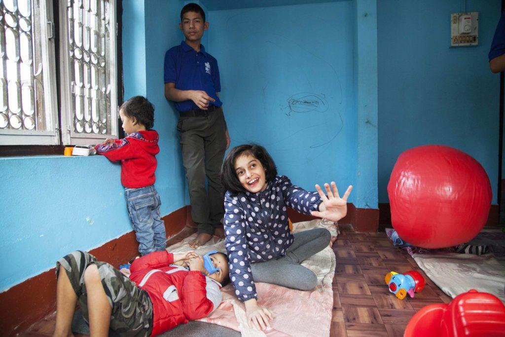Fyra barn leker i ett litet rum.