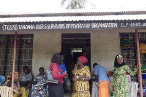 Flera kvinnor står utanför en föreningslokal.