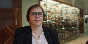En kvinna med mörkt hår och glasögon.